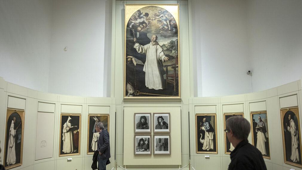La serie de cuatro fotografías de Alberto García Alix: 'Camarón I, II, III y IV' ofrece uno de los mejores diálogos entre la colección de arte contemporáneo de la Diputación y el mitico conjunto de la Cartuja de Jerez que posee el Museo Provincial de Cádiz.