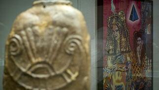 La obra de uno de los artistas referentes del arte pop Juan Maximiliano Jurado, 'Joven Faraón y su esposa', puede verse junto a los sorprendentes hallazgos fenicios de la Punta del Nao que exhibe el Museo de Cádiz.