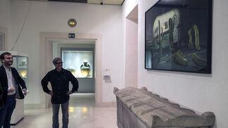 La obra 'Tijuana Tex-Mex invaders' de Manolo Bautista contrapone una obra comprometida con las nuevas tecnologías sobre uno de los sarcófagos que lucen en la pinacoteca. El contraste llama la atención.