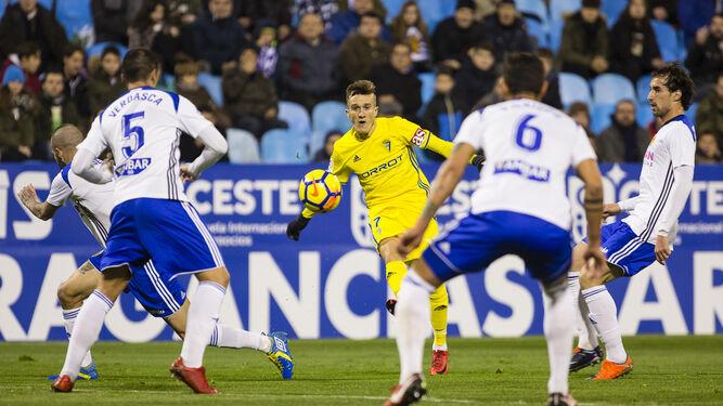 Salvi manda un pase rodeado por jugadores del Zaragoza.