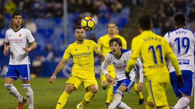 David Barral no pierde de vista el balón junto a Delmás en un lance del encuentro.