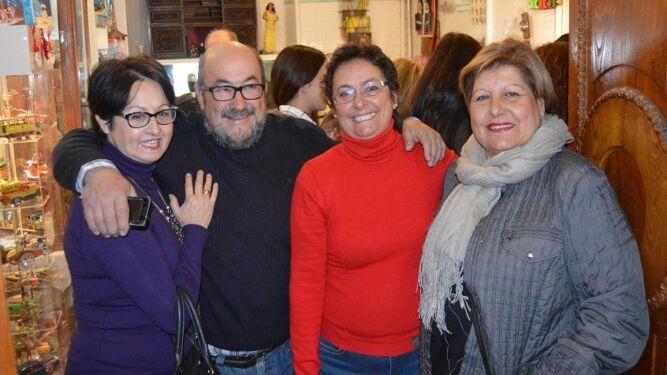 Carmen del Castillo, Pepe Jiménez, Toñi Castillo y Loli Román, en el stand del coleccionista.
