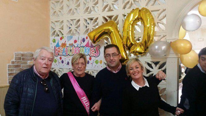 Juan Lamet y Peque Maira junto a sus hijos Juan y Cristina Lamet, durante la celebración.
