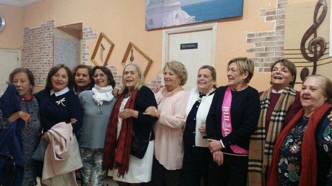 La homenajeada con Mariqui Guillén, Merce García, Patro López, Paqui Maira, María José Fernández, Charo Maira, Nieves González y Pepi Lobato.