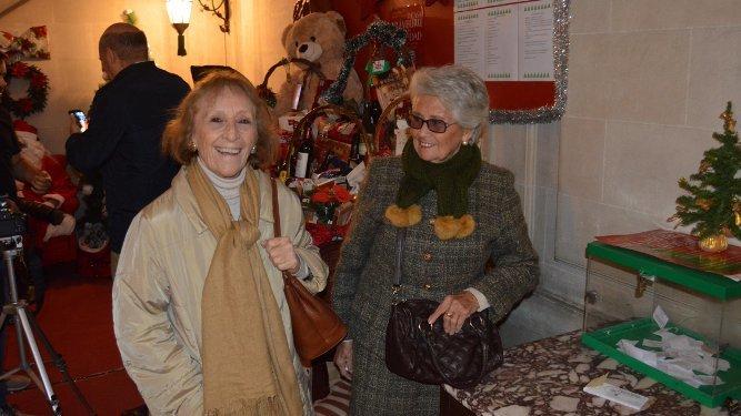 Piqui Valle con Conchita Gutiérrez en la tómbola.