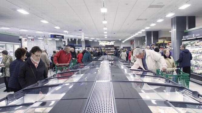 Zona de refrigerados en la parte central del nuevo supermercado Mercadona en la avenida San Severiano.