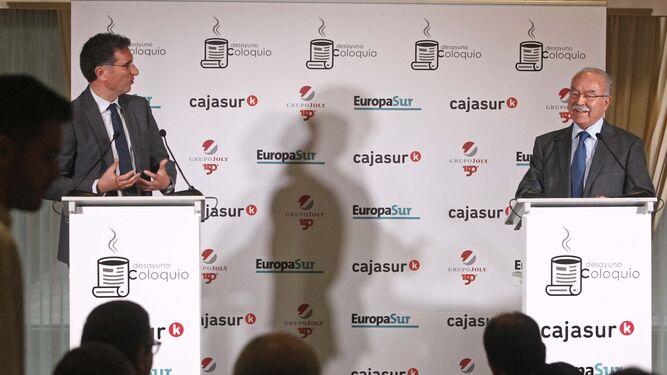 Javier Chaparro, director de 'Europa Sur', conversa con Manuel Morón, presidente del Puerto de Algeciras, durante el desayuno coloquio.