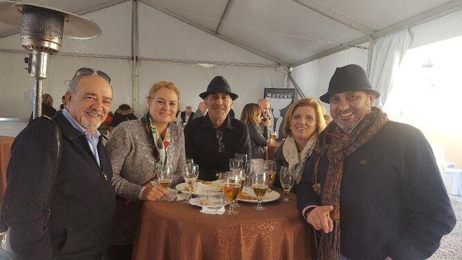 Javier Negrete, Lucía Cuesta, Enrique Utrera, Pepe Montiano y José González, disfrutando del grupo de Zambomba 'Sabor a Plazuela'.