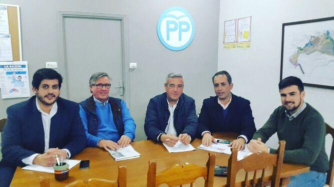 Dirigentes locales y provinciales del PP, ayer en San José del Valle. El tercero por la izquierda es Antonio García, el candidato a la Alcaldía vallense.