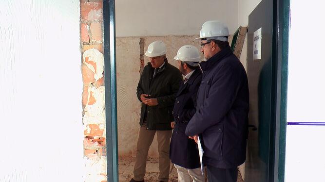 Muñoz, Villalpando y de los Santos, durante la visita a las obras del parking de caravanas de Puerto Real.
