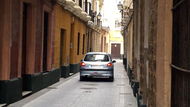 Un vehículo circulando por la calle Santo Cristo.