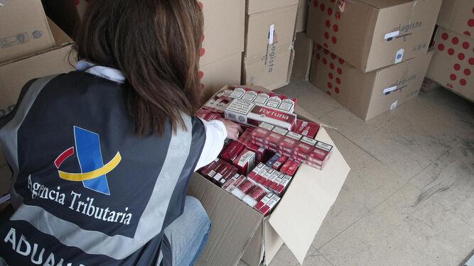 Imagen de archivo de una aprehensión de tabaco de contrabando en La Línea.