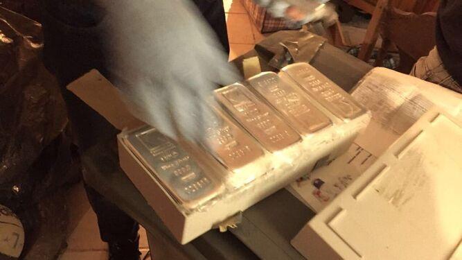 Lingotes de plata camuflados en el interior de muebles para ser enviados.