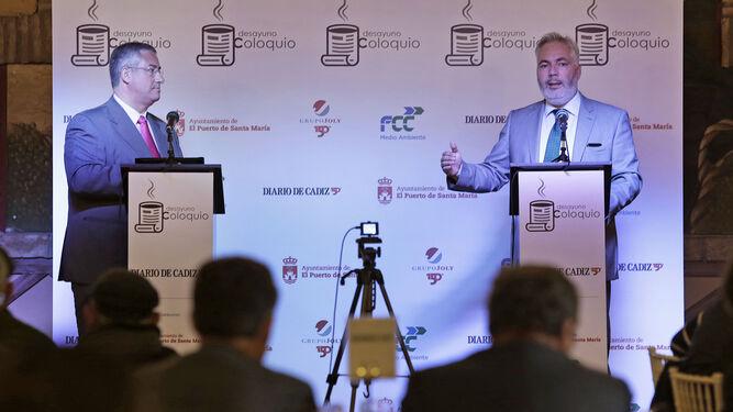 El presentador del acto, el periodista Francisco Lambea, a la izquierda, junto al conferenciante Francisco Cifuentes, durante el desayuno coloquio celebrado ayer.