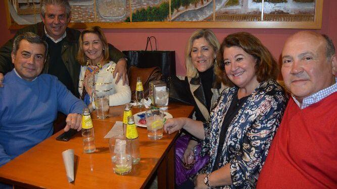 Pepe Romero, Juan Guerra, María Antonia Morillo,  Inés Sánchez, Oliva Morillo y Modesto Berraquero compartieron mesa.