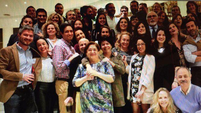 El homenajeado con todo el grupo de compañeros que asistieron al almuerzo celebrado en el Hotel Playa Victoria, con motivo de su jubilación.