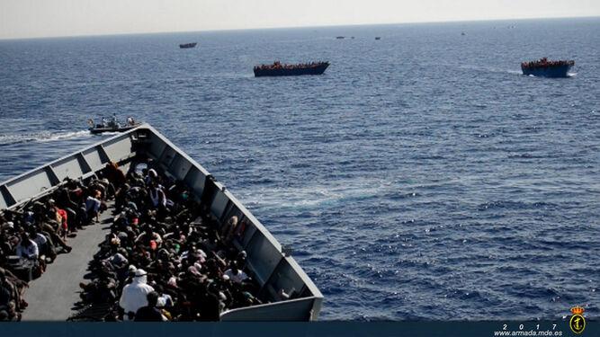 La 'Canarias', con cientos de personas rescatadas en el Mediterráneo a bordo.