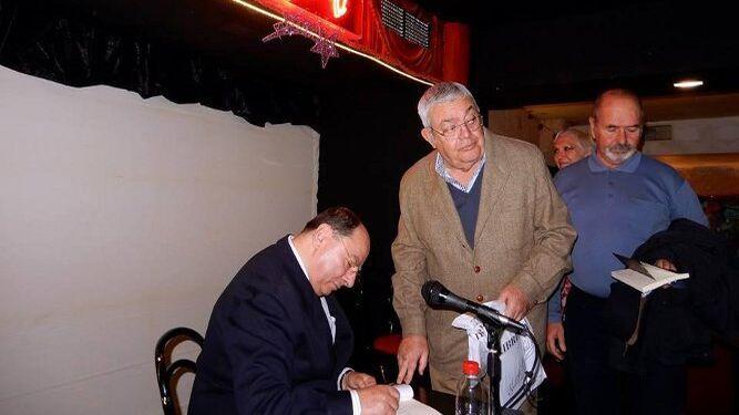 El autor, durante la firma de ejemplares con Blas Molina y Jaime Barrigá.