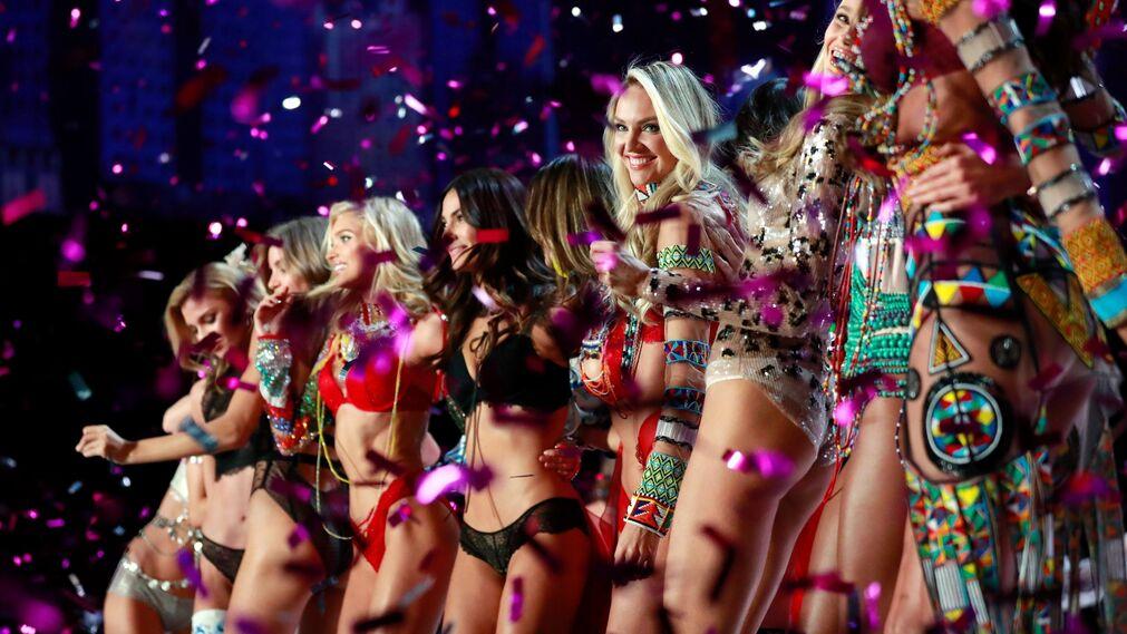 Las modelos celebran la presentación de las creaciones de Victoria's Secret  durante el desfile anual de la marca.