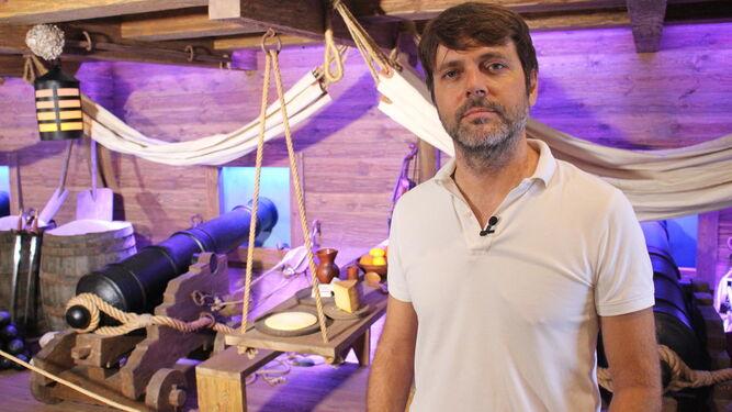 Alfredo Charques, ante el galeón recreado en el Centro de Interpretación.