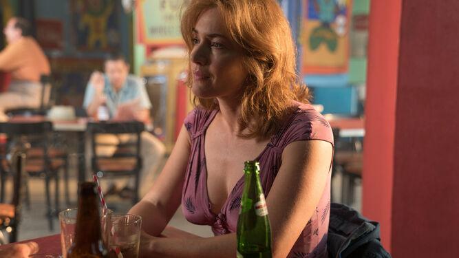 Kate Winslet interpreta a Ginny, una actriz frustrada que trabaja como camarera.