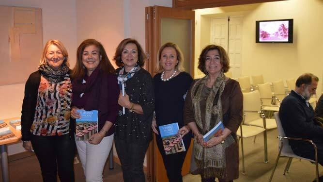 Marisa Ulibarri, Pilar Arias, Ángela Lanceta, Concha Moreno y Carmen Muñoz, durante la presentación en Cajasol