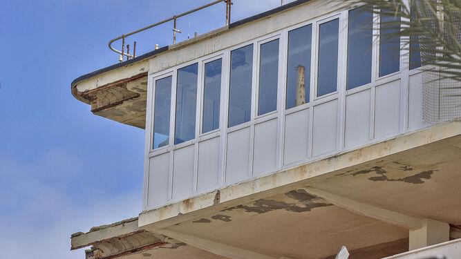 Imagen de la parte superior del edificio, la que se asemeja a un puente de mando, con los extremos sin apenas hormigón.
