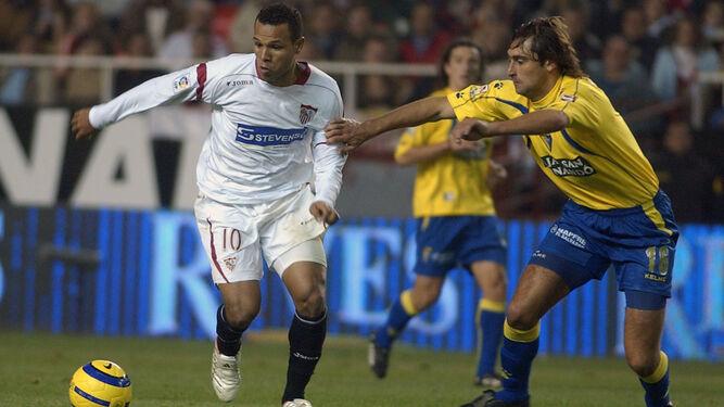Fleurquin obstaculiza a Luis Fabiano en el partido de vuelta de los octavos de final de 2006 en el que el Cádiz mantuvo la renta de la ida.