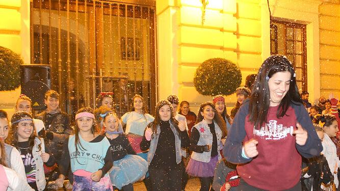 Baile del grupo Dance School, anoche frente al edificio consistorial.
