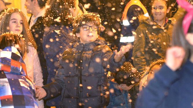 Los jóvenes juegan con los copos de nieve durante una de las dos nevadas que tuvo lugar ayer en el centro.