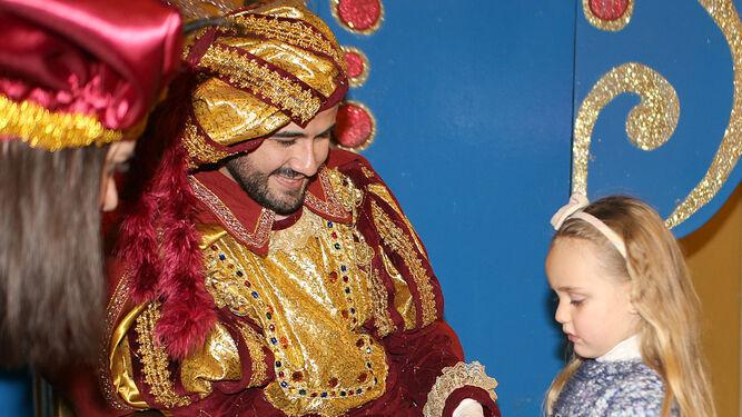 Una pequeña entrega su carta al Heraldo Real.