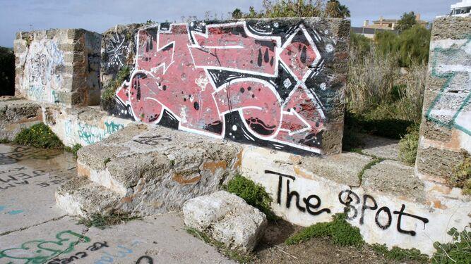 Dos imágenes del estado que presentan las murallas de Santa Catalina, un conjunto declarado BIC.