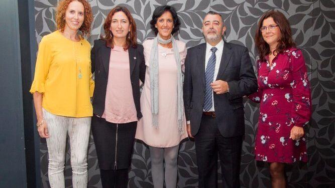 Mercedes Oliva, Sonia Domínguez, Ana Mary  Espinar, Emilio Miranda e Inmaculada Calvario, durante el acto de entrega.