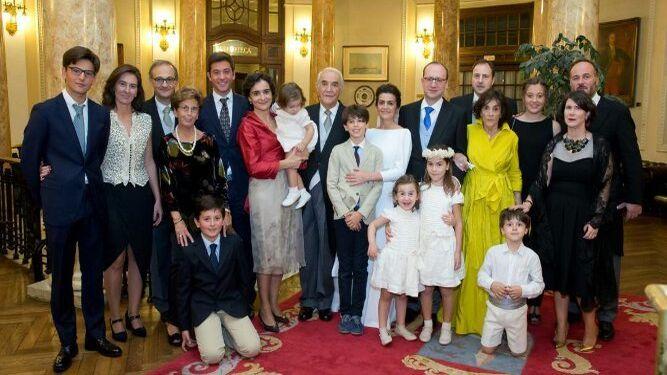 El nuevo matrimonio Marta Duque y Lucio Martínez de Salazar,  durante la celebración con las tres generaciones  de la familia Duque Alcorta.