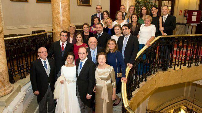 Los novios con los miembros de la familia Martínez de Salazar, durante el festejo en el restaurante del Casino de la Sociedad Bilbaína.
