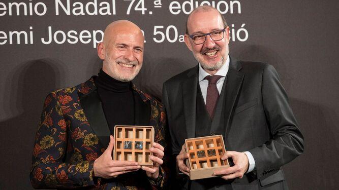 El escritor barcelonés Alejandro Palomas posa tras haber ganado la 74º edición del premio Nadal.