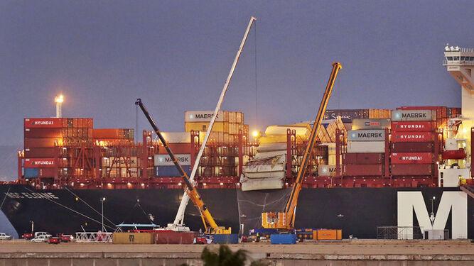 Imagen de ayer en la que se aprecian las tres grúas que trabajan en la nueva terminal que han descargado dos contenedores que colgaban.