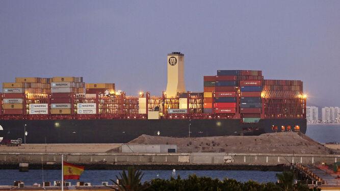 El portacontenedores es visible desde cualquier punto de la Bahía.