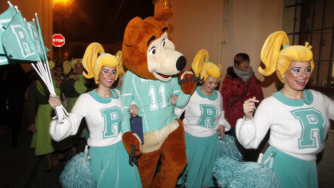 Las animadoras con la mascota del coro haciendo pasacalles.