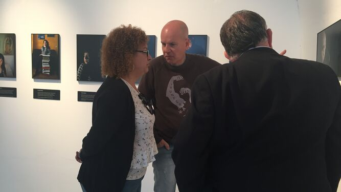 La concejala Eva Tubío atiende a las explicaciones de Juan  María Rodríguez en presencia de Óscar Lobato.