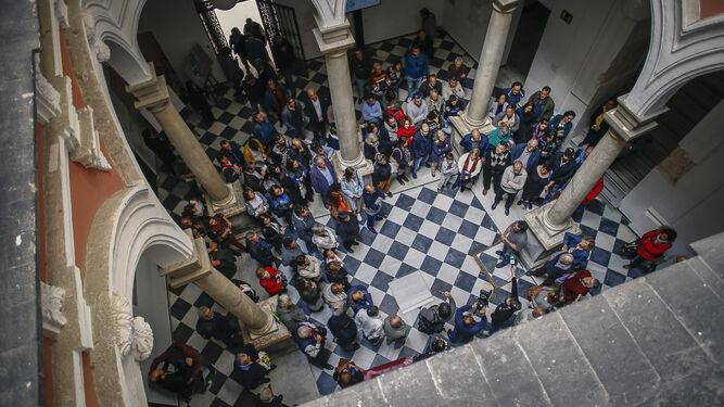 El patio del Palacio de Recaño, lleno de público en una de las jornadas de puertas abiertas para explicar el proyecto de Museo del Carnaval.