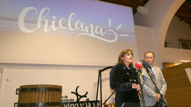 La delegada de Turismo, Ana González, y el alcalde, José María Román, ayer durante la explicación de la oferta turística de la localidad.