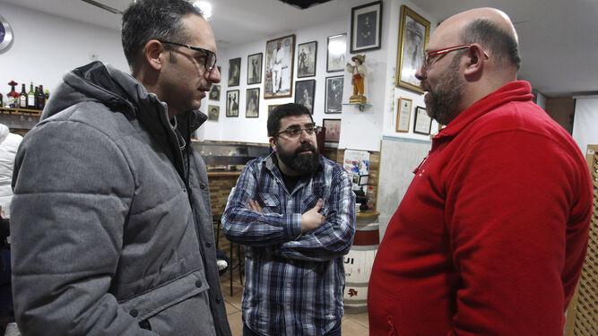 Selu Piulestán charla con Manolo Morera y Javi Serrano antes de prepararse.