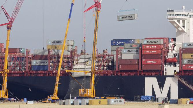 Imagen tomada desde la zona de Bahía Blanca en en el momento de la descarga de uno de los contenedores del 'MSC Eloane'.