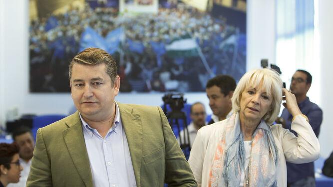 Antonio Sanz y Teófila Martínez, abanderados del PP provincial, antes de una rueda de prensa en la campaña electoral de las europeas de 2014.