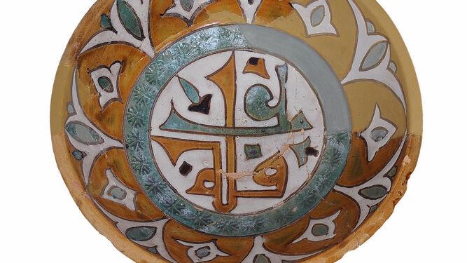 """Ataifor del siglo XI con la inscripción bicolor afiya """"salud""""."""