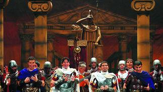 """'Gaditanos', comparsa de Luis Rivero.  Eran los mejores años de Luis Rivero como autor de comparsas. Esta es de 2004 y se llevó el sexto premio.""""Cuando nace un gaditano bajan los dioses romanos a la Caleta... Cai, los que van a cantar te saludan..."""", decían en su presentación estos miembros de la legión romana. El año antes habían logrado todo un primer premio con 'Guadalupe'."""