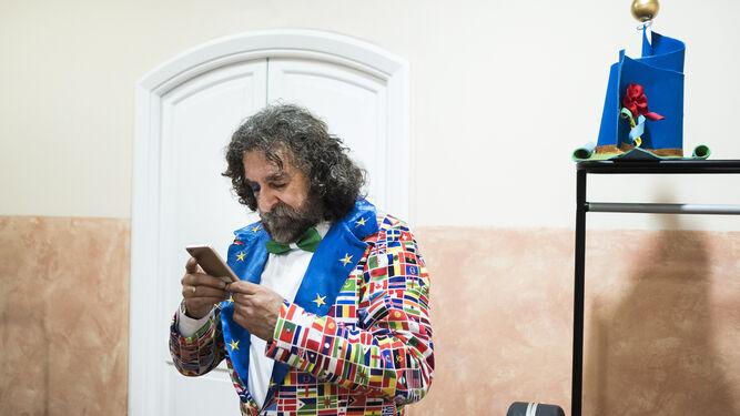 El 'Alemania', consultando las redes. Antonio García 'Alemania' no esperó mucho tiempo desde que su coro terminó de actuar sobre las tablas para mirar su móvil. El chiclanero consultaba sus mensajes y las reacciones de los aficionados.