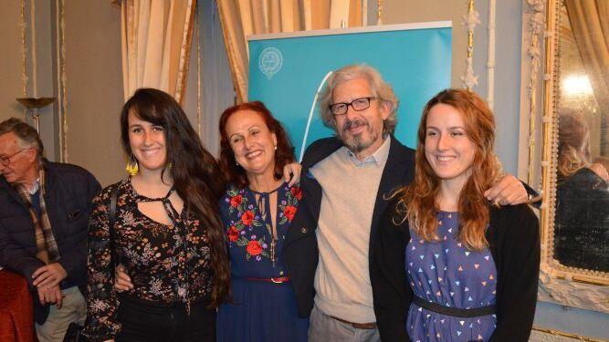 La conferenciante Gema González con su marido José Manuel Vera Borja y sus hijas Gema y Marina.