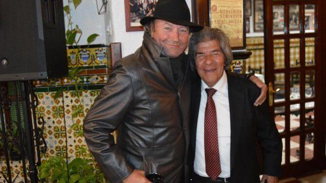 Amador Mohedano con el cantaor Rancapino en la Venta de Vargas.